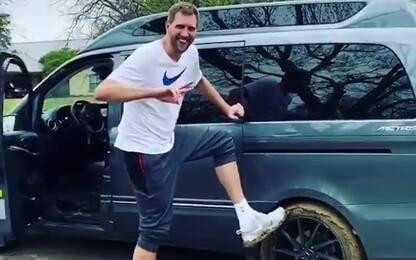 Dirk impantanato, lo salva Deron Williams. VIDEO