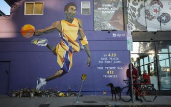 LOS ANGELES, CALIFORNIA - FEBRUARY 14: A mural depicting deceased NBA star Kobe Bryant, painted by @jc.ro, is displayed on a building on February 14, 2020 in Los Angeles, California. Numerous murals depicting Bryant have been created around greater Los Angeles following their tragic deaths in a helicopter crash which left a total of nine dead. A public memorial service honoring Bryant will be held February 24 at the Staples Center in Los Angeles, where Bryant played most of his career with the Los Angeles Lakers.  (Photo by Mario Tama/Getty Images)