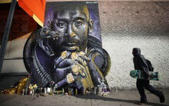 LOS ANGELES, CALIFORNIA - FEBRUARY 13: A mural depicting deceased NBA star Kobe Bryant, painted by @velaart, is displayed on a building on February 13, 2020 in Los Angeles, California. Numerous murals depicting Bryant have been created around greater Los Angeles following their tragic deaths in a helicopter crash which left a total of nine dead. A public memorial service honoring Bryant will be held February 24 at the Staples Center in Los Angeles, where Bryant played most of his career with the Los Angeles Lakers.  (Photo by Mario Tama/Getty Images)