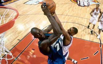 OAKLAND, CA - FEBRUARY 13:  Kevin Garnett #21 of the Western Conference All-Stars attempts a dunk against the Eastern Conference All-Stars during the 2000 NBA All-Star Game at The Arena in Oakland on February 13, 2000 in Oakland, California.  NOTE TO USER: User expressly acknowledges that, by downloading and or using this photograph, User is consenting to the terms and conditions of the Getty Images License agreement. Mandatory Copyright Notice: Copyright 2000 NBAE  (Photo by Nathaniel S. Butler/NBAE via Getty Images)