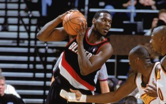 12 Dec 2000:  Shawn Kemp #40 of the Portland Trail Blazers looks to move the ball during the game against the Golden State Warriors at The Arena of Oakland in California. The Trail Blazers defeated the Warriors 101-92. NOTE TO USER: It is expressly understood that the only rights Allsport are offering to license in this Photograph are one-time, non-exclusive editorial rights. No advertising or commercial uses of any kind may be made of Allsport photos. User acknowledges that it is aware that Allsport is an editorial sports agency and that NO RELEASES OF ANY TYPE ARE OBTAINED from the subjects contained in the photographs.Mandatory Credit: Jed Jacobsohn  /Allsport