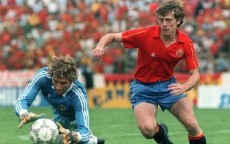 Belgian goalkeeper Jean Marie Pfaff (L) dives to catch the ball in front of Spanish forward Emilio Butragueno during the World Cup quarterfinal soccer match between Spain and Belgium 22 June 1986 in Puebla. Belgium advanced to the semifinals winning 5-4 on penalty kicks at the end of extra time (1-1 at the end of regulation). AFP PHOTO (Photo credit should read STAFF/AFP via Getty Images)