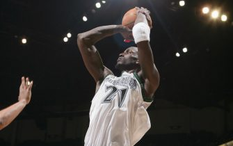 MINNEAPOLIS - MARCH 7:  Kevin Garnett #21 of the Minnesota Timberwolves shoots against the Houston Rockets on March 7, 2006 at the Target Center in Minneapolis, Minnesota.  NOTICE TO USER: User expressly acknowledges and agrees that, by downloading and or using this Photograph, user is consenting to the terms and conditions of the Getty Images License Agreement.   Mandatory Copyright Notice: Copyright 2006 NBAE (Photo By Melissa Majchrzak/NBAE via Getty Images) *** Local Caption *** Kevin Garnett