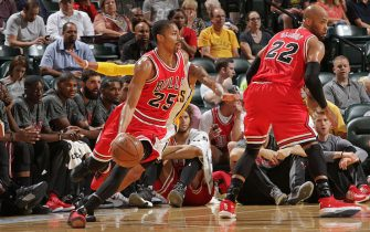 INDIANAPOLIS, IN - OCTOBER 6:  Spencer Dinwiddie #25 of the Chicago Bulls drives to the basket against the Indiana Pacers during a preseason game on October 6, 2016 at Bankers Life Fieldhouse in Indianapolis, Indiana. NOTE TO USER: User expressly acknowledges and agrees that, by downloading and or using this Photograph, user is consenting to the terms and conditions of the Getty Images License Agreement. Mandatory Copyright Notice: Copyright 2016 NBAE (Photo by Ron Hoskins/NBAE via Getty Images)