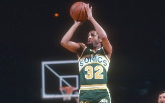 LANDOVER, MD - CIRCA 1983:  Fred Brown #32 of the Seattle Supersonics shoots against the Washington Bullets during an NBA basketball game circa 1983 at the Capital Centre, in Landover, Maryland. Brown played for the Supersonics from 1971-84. (Photo by Focus on Sport/Getty Images) *** Local Caption *** Fred Brown