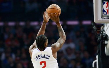 LOS ANGELES, CA - OCTOBER 28: Kawhi Leonard #2 of the LA Clippers shoots the ball against the Charlotte Hornets on October 28, 2019 at STAPLES Center in Los Angeles, California. NOTE TO USER: User expressly acknowledges and agrees that, by downloading and/or using this Photograph, user is consenting to the terms and conditions of the Getty Images License Agreement. Mandatory Copyright Notice: Copyright 2019 NBAE (Photo by Chris Elise/NBAE via Getty Images)