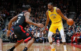 TORONTO, CANADA - NOVEMBER 29: Kawhi Leonard #2 of the Toronto Raptors defends Kevin Durant #35 of the Golden State Warriors on November 29, 2018 at Scotiabank Arena in Toronto, Ontario, Canada. NOTE TO USER: User expressly acknowledges and agrees that, by downloading and/or using this photograph, user is consenting to the terms and conditions of the Getty Images License Agreement. Mandatory Copyright Notice: Copyright 2018 NBAE (Photo by Mark Blinch/NBAE via Getty Images)