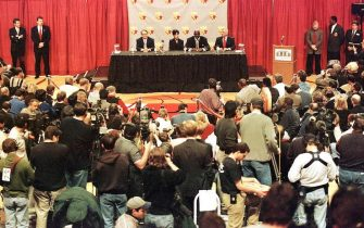 CHICAGO, UNITED STATES:  Michael Jordan (2ndR) of the Chicago Bulls sits with his wife Juanita (2ndL) Jerry Reinsdorf (L), chairman of the Bulls and NBA commissioner David Stern (R) at a press conference from center court at the United Center 13 January to announce Jordan's retirement from the NBA after 13 seasons. Jordan finished his career leading the Bulls to six NBA titles, five Most Valuable Player of the Year awards, ten scoring titles and twelve NBA All-Star game appearances. AFP PHOTO/John ZICH (Photo credit should read JOHN ZICH/AFP via Getty Images)
