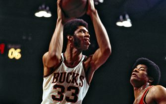 MILWAUKEE, WI - JANUARY 10: Kareem Abdul-Jabbar #33 of the Milwaukee Bucks shoots the ball over Wes Unseld #41 of the Baltimore Bullets on January 10, 1971 at the Milwaukee Arena in Milwaukee, Wisconsin. NOTE TO USER: User expressly acknowledges and agrees that, by downloading and/or using this photograph, user is consenting to the terms and conditions of the Getty Images License Agreement. Mandatory Copyright Notice: Copyright 1971 NBAE (Photo by Vernon Biever/NBAE via Getty Images)