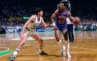 BOSTON, MA - 1988: Kevin McHale #32 of the Boston Celtics defends Adrian Dantley #45 of the Detroit Pistons circa 1988 at the Boston Garden in Boston, Massachusetts. NOTE TO USER: User expressly acknowledges and agrees that, by downloading and/or using this photograph, user is consenting to the terms and conditions of the Getty Images License Agreement. Mandatory Copyright Notice: Copyright 1988 NBAE (Photo by Dick Raphael/NBAE via Getty Images)