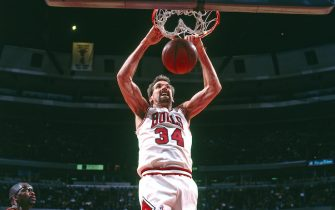 CHICAGO - MARCH 28: Bill Wennington #34 of the Chicago Bulls dunks against the Atlanta Hawks on March 28, 1996 at the United Center in Chicago, Illinois. NOTE TO USER: User expressly acknowledges and agrees that, by downloading and or using this photograph, User is consenting to the terms and conditions of the Getty Images License Agreement. Mandatory Copyright Notice: Copyright 1996 NBAE (Photo by Scott Cunningham/NBAE via Getty Images)