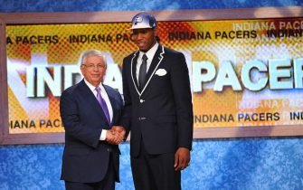 NEWARK, NJ - JUNE 23: Kawhi Leonard shakes hands with NBA Commissioner David Stern after being selected number fifteen overall  by the Indiana Pacers during the 2011 NBA Draft Presented by KIA at the Prudential Center on June 23, 2011 in Newark, New Jersey. NOTE TO USER: User expressly acknowledges and agrees that, by downloading and or using this photograph, User is consenting to the terms and conditions of the Getty Images License Agreement. Mandatory Copyright Notice: Copyright 2011 NBAE (Photo by Jesse D. Garrabrant/NBAE via Getty Images)