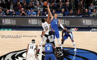 DALLAS, TX - MARCH 4: Kristaps Porzingis #6 of the Dallas Mavericks reaches for the jump ball during the game against the New Orleans Pelicans on March 4, 2020 at the American Airlines Center in Dallas, Texas. NOTE TO USER: User expressly acknowledges and agrees that, by downloading and or using this photograph, User is consenting to the terms and conditions of the Getty Images License Agreement. Mandatory Copyright Notice: Copyright 2020 NBAE (Photo by Joe Murphy/NBAE via Getty Images)