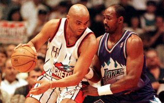 HOUSTON, :  Houston Rockets Charles Barkley (L) goes to the basket against Utah Jazz' Karl Malone 23 May during game three of the Western Conference Championships at The Summit in Houston, TX.   AFP PHOTO   Hector MATA (Photo credit should read HECTOR MATA/AFP via Getty Images)
