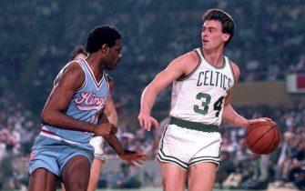 BOSTON - 1986:  Rick Carlisle #34 of the Boston Celtics moves the ball up court against the Sacramento Kings during a game played in 1986 at the Boston Garden in Boston, Massachusetts. NOTE TO USER: User expressly acknowledges and agrees that, by downloading and or using this photograph, User is consenting to the terms and conditions of the Getty Images License Agreement. Mandatory Copyright Notice: Copyright 1986 NBAE (Photo by Dick Raphael/NBAE via Getty Images)