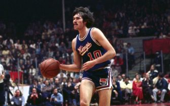 BOSTON - 1975:  Mike D'Antoni #10 of the Kansas City Kings moves the ball up court against the Boston Celtics during a game played in 1975 at the Boston Garden in Boston, Massachusetts. NOTE TO USER: User expressly acknowledges and agrees that, by downloading and or using this photograph, User is consenting to the terms and conditions of the Getty Images License Agreement. Mandatory Copyright Notice: Copyright 1975 NBAE (Photo by Dick Raphael/NBAE via Getty Images)