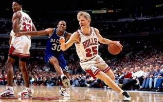 CHICAGO - 1996:  Steve Kerr #25 of the Chicago Bulls drives to the basket against the Dallas Mavericks during a 1996 NBA game at the United Center in Chicago, Illinois.  NOTE TO USER: User expressly acknowledges that, by downloading and or using this photograph, User is consenting to the terms and conditions of the Getty Images License agreement. Mandatory Copyright Notice: Copyright 1996 NBAE (Photo by Scott Cunningham/NBAE via Getty Images)