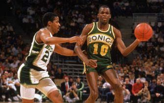 MILWAUKEE - 1988:  Nate McMillan #10 of the Seattle Supersonics looks to pass while defended by Jay Humphries #24 of the Milwaukee Bucks during the 1988-1989 NBA season game at The Bradley Center in Milwaukee, Wisconsin. (Photo by Jonathan Daniel/Getty Images)