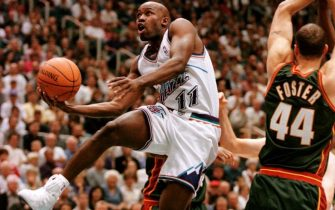 Jacque Vaughn(L) of the Utah Jazz drives past Greg Foster(R) of the Seattle SuperSonics during the second game of the first round of the Western Conferance NBA Playoffs 24 April 2000 in Salt Lake City, Utah.    AFP PHOTO   GEORGE FREY (Photo by GEORGE FREY / AFP)        (Photo credit should read GEORGE FREY/AFP via Getty Images)