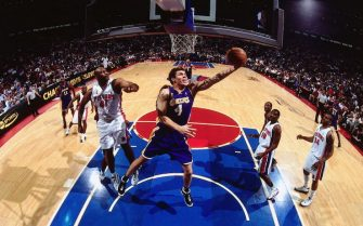 AUBURN HILLS, MI - JUNE 10:  Luke Walton #4 of the Los Angeles Lakers drives to the basket against the Detroit Pistons during Game three of the 2004 NBA Finals at the Palace of Auburn Hills on June 10, 2004 in Auburn Hills, Michigan.  NOTE TO USER: User expressly acknowledges and agrees that, by downloading and/or using this Photograph, user is consenting to the terms and conditions of the Getty Images License Agreement.  Mandatory Copyright Notice: Copyright 2004 NBAE (Photo by Nathaniel S.Butler/NBAE via Getty Images)