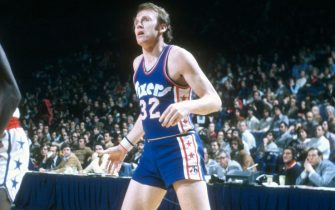 LANDOVER, MD - CIRCA 1974: Billy Cunningham #32 of the Philadelphia 76ers in action against the Baltimore Bullets during an NBA basketball game circa 1974 at the Baltimore Civic Center in Landover, Maryland. Cunningham played for the 76ers from 1965-72 and 1974-76. (Photo by Focus on Sport/Getty Images)