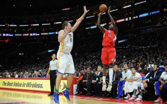LOS ANGELES, CA - DECEMBER 25: Jamal Crawford #11 of the Los Angeles Clippers shoots against David Lee #10 of the Golden State Warriors at STAPLES Center on December 25, 2014 in Los Angeles, California. NOTE TO USER: User expressly acknowledges and agrees that, by downloading and/or using this Photograph, user is consenting to the terms and conditions of the Getty Images License Agreement. Mandatory Copyright Notice: Copyright 2014 NBAE (Photo by Juan Ocampo/NBAE via Getty Images)