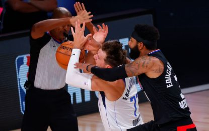 Marcus Morris stende Luka Doncic: espulso. VIDEO