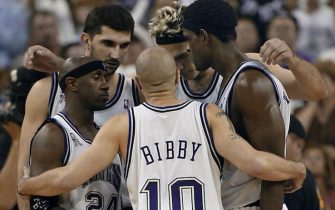 SACRAMENTO, CA - MAY 28:  Mike Bibby and teammates huddle during a time out in game five of the NBA Western Conference Finals against the Los Angeles Lakers 28 May 2002, at ARCO Arena in Sacramento, CA. Bibby made the game winning shot as the Kings won 92-91 to take a 3-2 lead in the best-of-seven series.  (Photo credit should read JOHN MABANGLO/AFP via Getty Images)