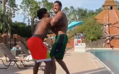 Kanter e Smart, finta rissa in piscina. VIDEO