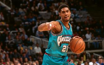 SAN JOSE, CA - JANUARY 8: Lawrence Moten #21 of the Vancouver Grizzlies dribbles the ball against the Golden State Warriors during a game played on January 8, 1997 at San Jose Arena in San Jose, California. NOTE TO USER: User expressly acknowledges and agrees that, by downloading and or using this photograph, User is consenting to the terms and conditions of the Getty Images License Agreement. Mandatory Copyright Notice: Copyright 1997 NBAE (Photo by Rocky Widner/NBAE via Getty Images)