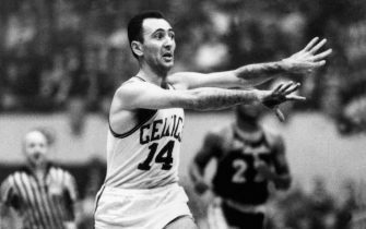 BOSTON,MA -1960: Bob Cousy #14  of the Boston Celtics throws a pass at the Boston Garden in Boston, Massachusetts on  1960.NOTE TO USER: User expressly acknowledges that, by downloading and or using this photograph, User is consenting to the terms and conditions of the Getty Images License agreement. Mandatory Copyright Notice: Copyright 2006 NBAE (Photo by: NBA Photo Library/NBAE via Getty Images)