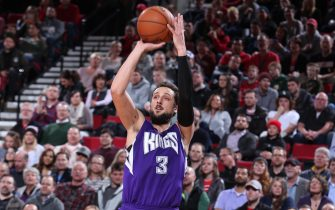 PORTLAND, OR - JANUARY 26:  Marco Belinelli #3 of the Sacramento Kings shoots against the Portland Trail Blazers on January 26, 2016 at the Moda Center in Portland, Oregon. NOTE TO USER: User expressly acknowledges and agrees that, by downloading and or using this Photograph, user is consenting to the terms and conditions of the Getty Images License Agreement. Mandatory Copyright Notice: Copyright 2016 NBAE (Photo by Sam Forencich/NBAE via Getty Images)