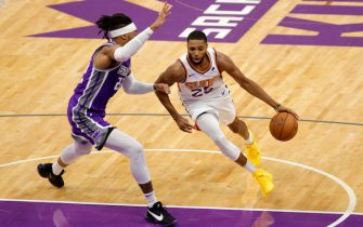SACRAMENTO, CALIFORNIA - DECEMBER 27:  Mikal Bridges #25 of the Phoenix Suns drives on Richaun Holmes #22 of the Sacramento Kings at Golden 1 Center on December 27, 2020 in Sacramento, California.  NOTE TO USER: User expressly acknowledges and agrees that, by downloading and or using this photograph, User is consenting to the terms and conditions of the Getty Images License Agreement.  (Photo by Ezra Shaw/Getty Images)