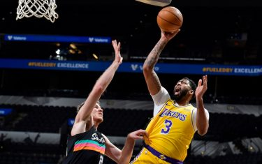 SAN ANTONIO, TX - JANUARY 1: Anthony Davis #3 of the Los Angeles Lakers shoots the ball during the game against the San Antonio Spurs on January 1, 2021 at the AT&T Center in San Antonio, Texas. NOTE TO USER: User expressly acknowledges and agrees that, by downloading and or using this photograph, user is consenting to the terms and conditions of the Getty Images License Agreement. Mandatory Copyright Notice: Copyright 2021 NBAE (Photos by Logan Riely/NBAE via Getty Images)