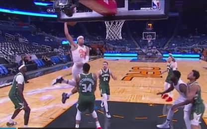 Aaron Gordon vola a schiacciare su Giannis. VIDEO