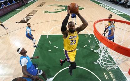 LeBron domina i Bucks, Mannion in campo coi Knicks