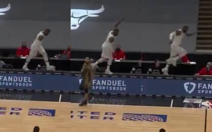 """LeBron """"passeggia"""" sul tavolo segnapunti. VIDEO"""