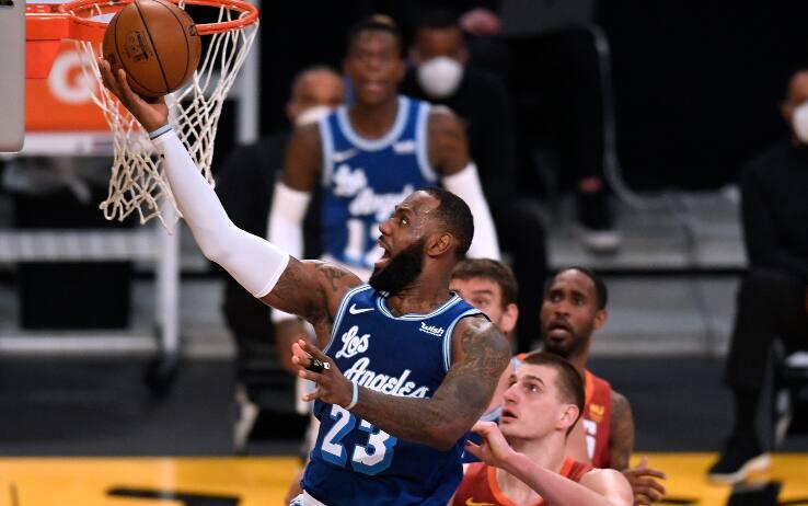 NBA, i risultati del 4 febbraio – Lakers ok sui Nuggets con super LeBron James, Kelly Oubre jr e Golden State travolgono Dallas