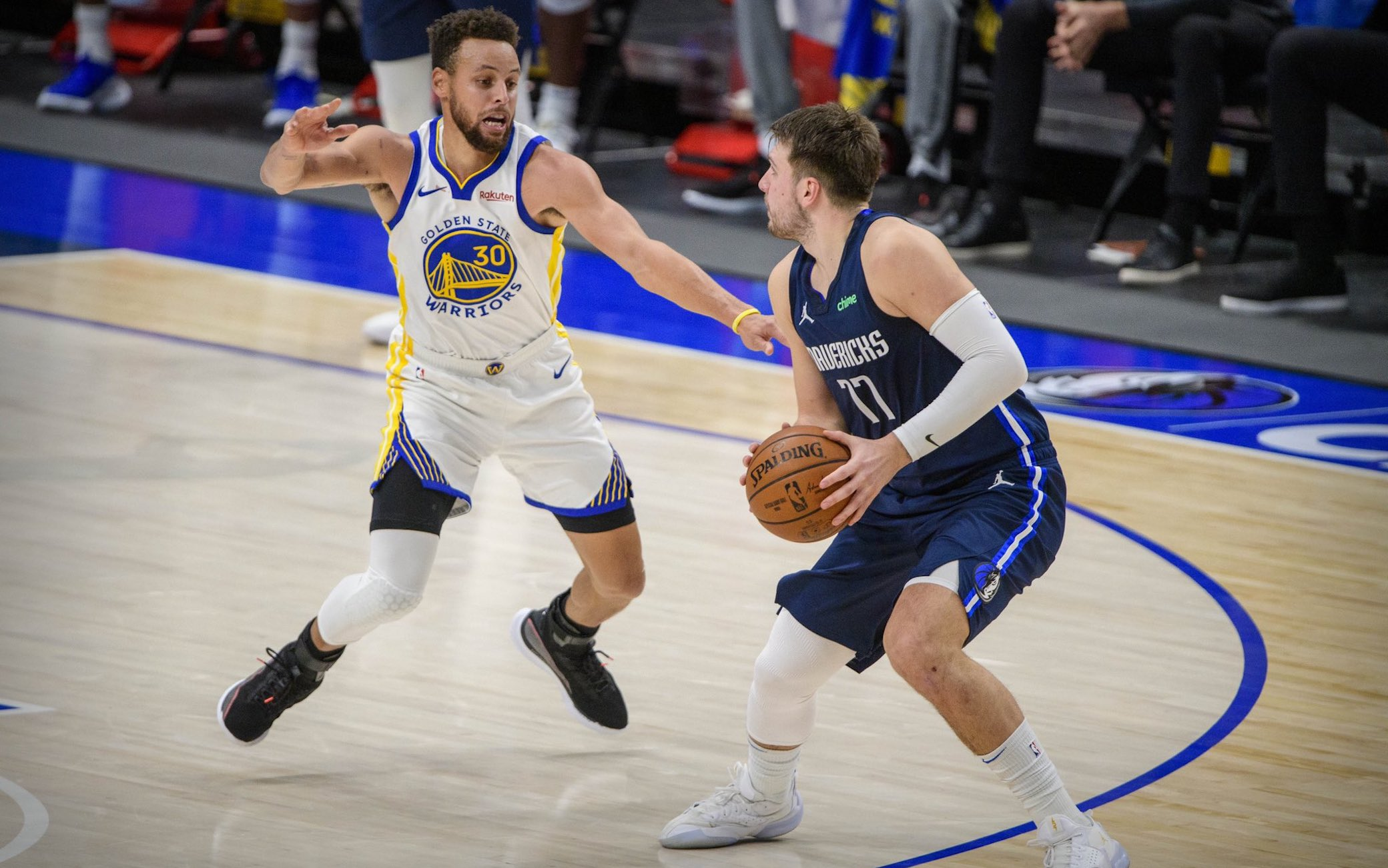 NBA, i risultati del 6 febbraio – Lakers ok sui Pistons dopo 2 OT, Luka Doncic (42) batte Stephen Curry (57), 50 di Nikola Jokic