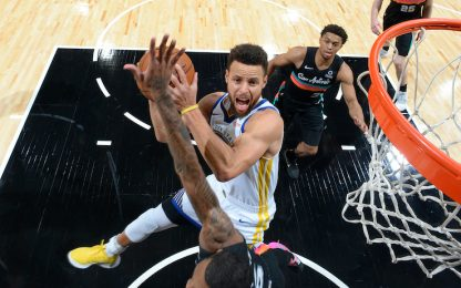 Curry cambia idea per aria, segna lo stesso. VIDEO