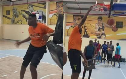 Il gigante che schiaccia senza salto e sogna l'NBA