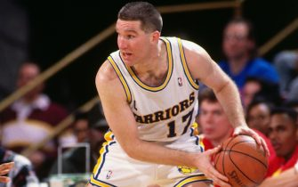 OAKLAND, CA - 1991: Chris Mullin #17 of the Golden State Warriors looks to pass against the Atlanta Hawks during a game at Oakland-Alameda County Coliseum Arena in Oakland, California circa 1991. NOTE TO USER: User expressly acknowledges and agrees that, by downloading and or using this photograph, User is consenting to the terms and conditions of the Getty Images License Agreement. Mandatory Copyright Notice: Copyright 1991 NBAE (Photo by Andrew D. Bernstein/NBAE via Getty Images)