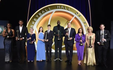 UNCASVILLE, CT - MAY 15: Class of 2020 Basketball Hall of Fame Class poses for a group photo during Enshrinement Ceremony on May 15, 2021 at the Mohegan Sun Arena at Mohegan Sun in Uncasville, Connecticut. NOTE TO USER: User expressly acknowledges and agrees that, by downloading and/or using this photograph, user is consenting to the terms and conditions of the Getty Images License Agreement.  Mandatory Copyright Notice: Copyright 2021 NBAE (Photo by Andrew D. Bernstein/NBAE via Getty Images)