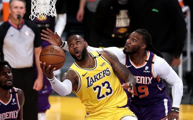 NBA PLAYOFF – Milwaukee vola sul 3-0, Lakers e Denver sul 2-1