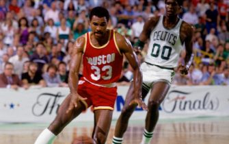 BOSTON - JUNE 8:  Robert Reid #33 of the Houston Rockets drives to the basket past Robert Parish #00 of the Boston Celtics in Game Six of the 1986 NBA Finals at the Boston Garden on June 8, 1986 in Boston, Massachusetts. The Celtics defeated the Rockets 114-97 and the series 4-2 to win the NBA Championship. NOTE TO USER: User expressly acknowledges that, by downloading and or using this photograph, User is consenting to the terms and conditions of the Getty Images License agreement. Mandatory Copyright Notice: Copyright 1986 NBAE (Photo by Dick Raphael/NBAE via Getty Images)