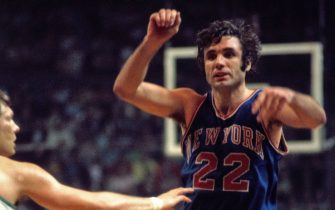 BOSTON - 1973:  Dave DeBusschere #22 of the New York Knicks passes during the Eastern Conference Finals against the Boston Celtics played in 1973 at the Boston Garden in Boston, Massachussetts. NOTE TO USER: User expressly acknowledges and agrees that, by downloading and or using this photograph, User is consenting to the terms and conditions of the Getty Images License Agreement. Mandatory Copyright Notice: Copyright 1973 NBAE (Photo by Dick Raphael/NBAE via Getty Images)