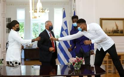 La mamma e il fratello di Giannis diventano greci