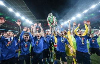 LONDON, ENGLAND - JULY 11: Leonardo Bonucci (L), Gianluigi Donnarumma (R) and the complete team of Italy lift the Henri Delaunay Trophy following his team's victory in during the UEFA Euro 2020 Championship Final between Italy and England at Wembley Stadium on July 11, 2021 in London, England. (Photo by GES-Sportfoto/Getty Images)