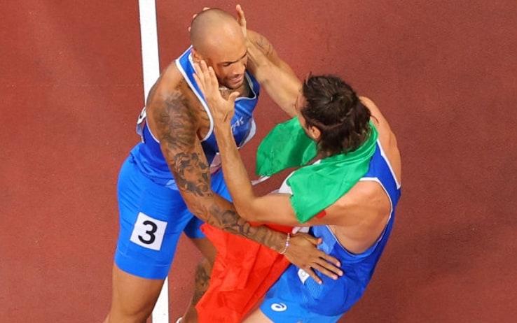 Jacobs e Tamberi si abbracciano subito dopo il traguardo dei 100 metri
