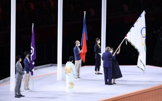 TOKYO, JAPAN - AUGUST 08: President of the International Olympic Committee, Thomas Bach hands over the Olymmpic flag to Mayor of Paris, Anne Hidalgo during the Closing Ceremony of the Tokyo 2020 Olympic Games at Olympic Stadium on August 08, 2021 in Tokyo, Japan. (Photo by Leon Neal/Getty Images)